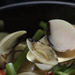 Cách làm món nghêu hấp thái rau muông thơm ngon.